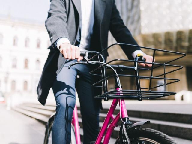 Růžová kola u Centra Černý Most lze využít na nákup i výlet. Foto Centrum Černý Most