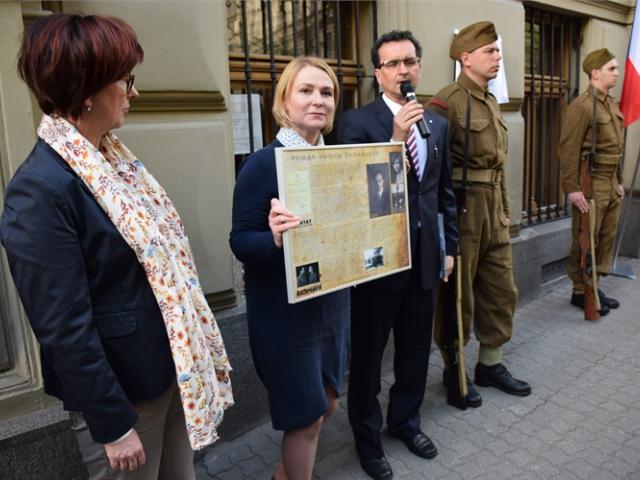 V Italské ulici byly odhaleny pamětní desky hrdinům z dob heydrichiády. Foto ÚMČ Praha 2