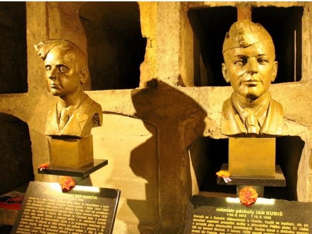 Busty parašutistů od sochaře Milana Bendy, Foto Andrej Halada, VHÚ Praha