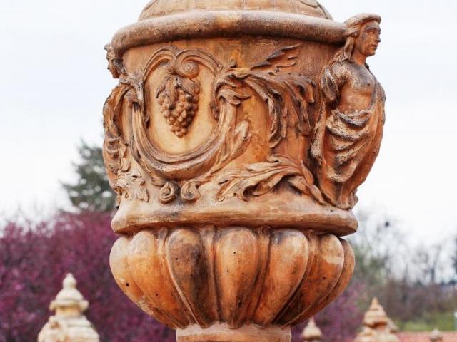 Dekorativní váza na ohradní zdi, terasa Trojského zámku, foto Tomáš Souček