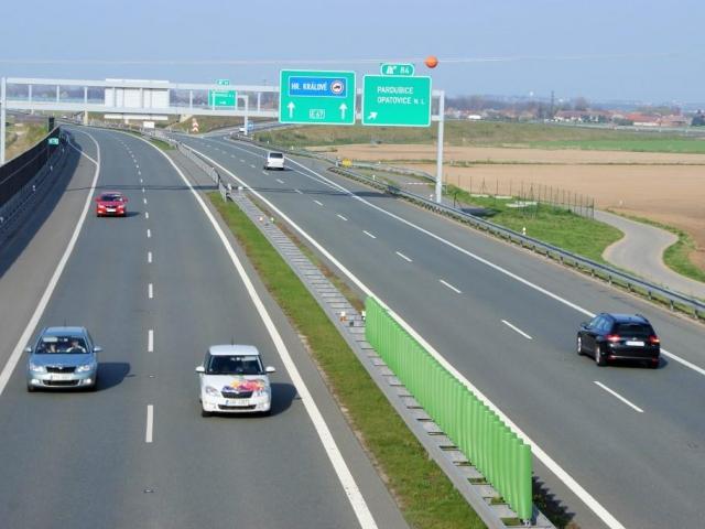 Pokračování hradecké dálnice D11 směrem na Polsko by se mohlo začít stavět na podzim. Foto Praha Press