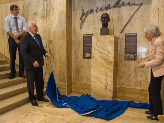 ČNB odhalila bustu významného národohospodáře L. K. Feierabenda, foto ČNB