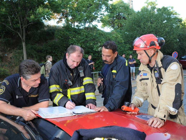 V Nuslích bylo evakuováno šest osob ze staticky narušeného domu, foto HZS Praha