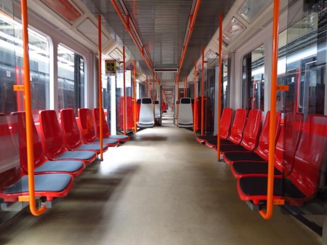 Jeden vůz linky metra C má nový typ plastových sedaček, foto DPP