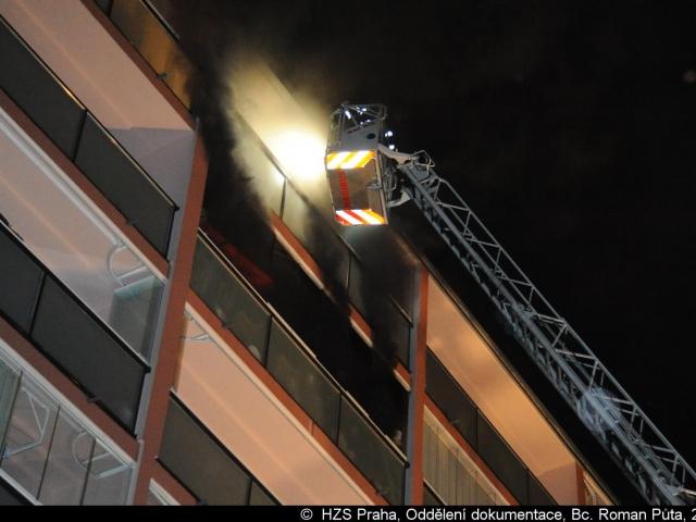 Hasiči na Chodově evakuovali obyvatele z balkonů, foto Bc. Roman Půta