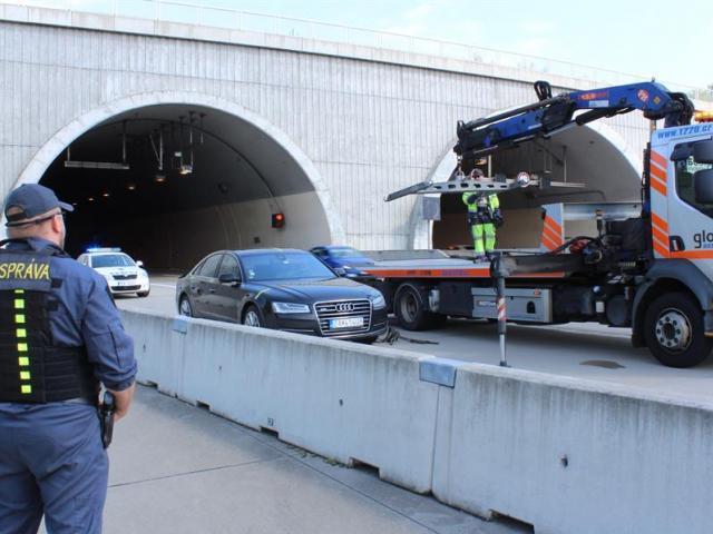 Celníci odhalili pervitin v Audi slovenské imatrikulace, foto Celní úřad pro hlavní město Prahu