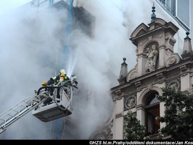 Požár lešení hotelu na Václavském náměstí. Foto Jan Kostík