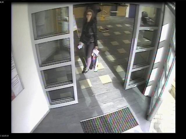 Neznáte tuto ženu? Viděna byla na jedné z pražských pošt, foto Policie ČR