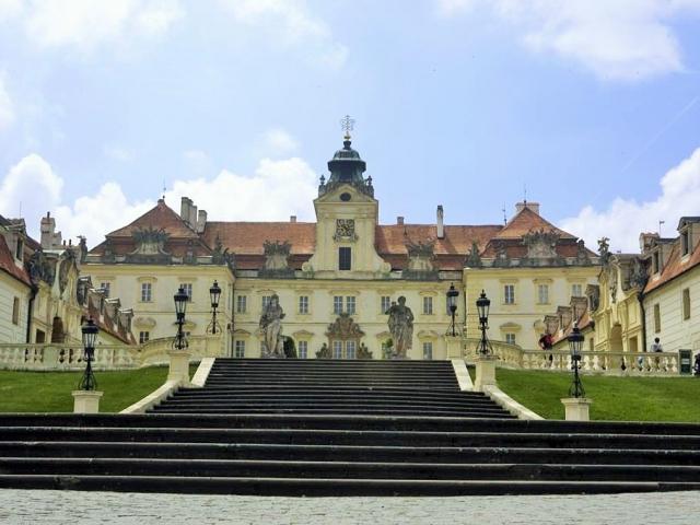 Výstava zlatého poháru Alexandra Velikého na zámku Valtice prodloužena