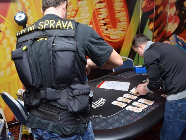 Pražští celníci zlikvidovali další hernu, foto Celní úřad pro hlavní město Prahu