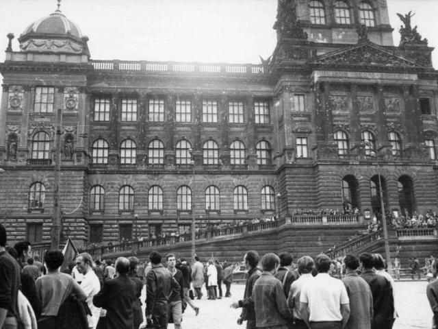Střely ze srpna 1968 budou na fasádě Historické budovy Národního muzea viditelné i po její rekonstrukci. Foto: p. Kříž