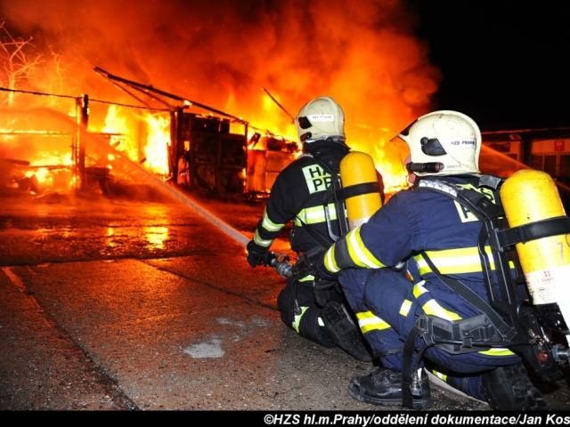 V Praze 10 hořela hala, na místě zasahovalo deset jednotek hasičů. Foto Jan Kostík