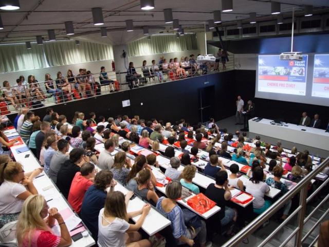 Letní škola VŠCHT Praha hostí stovky učitelů a budoucích chemiků, foto VŠCHT Praha