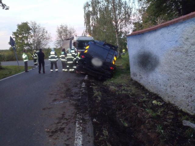 V pražských Kolodějích bourala cisterna s asfaltovou emulzí, foto HZS Praha