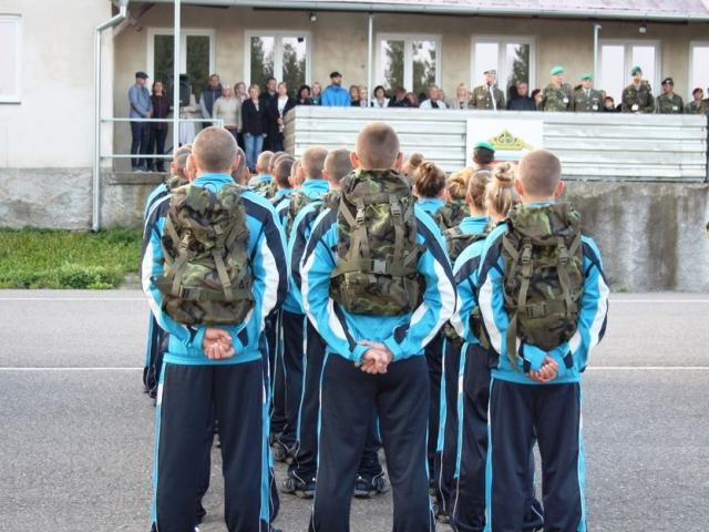 Studenti prvního ročníku ve sportovním. Poté ale dostali uniformu vzor 95. Foto: Lucie Vašáková