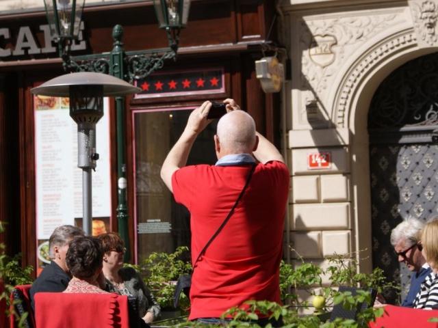 Kontrolujte si, zda vám číšník nezaúčtoval spropitné, ilustrační foto Praha Press