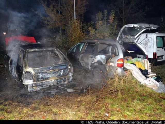 Noční požár poškodil tři vozidla v pražských Stodůlkách. Foto Jiří Dvořák