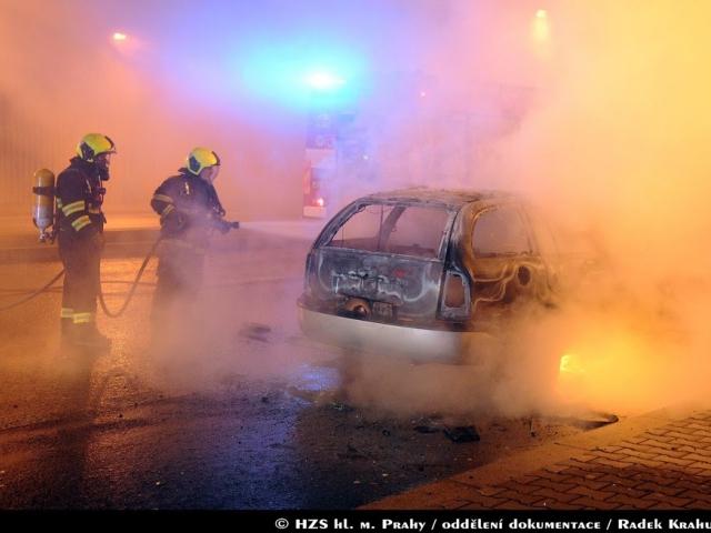 Hasiči z Prahy 8 zasahovali u požáru osobního auta, foto Radek Krahulík