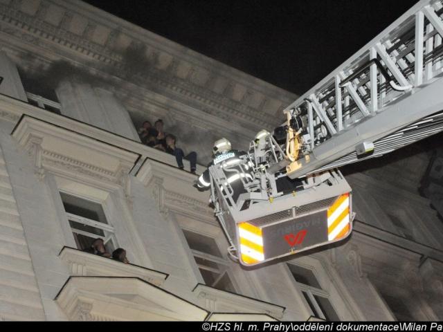 Při požáru v pražském hotelu zemřeli čtyři lidé. Foto Milan Paclík, HZS Praha