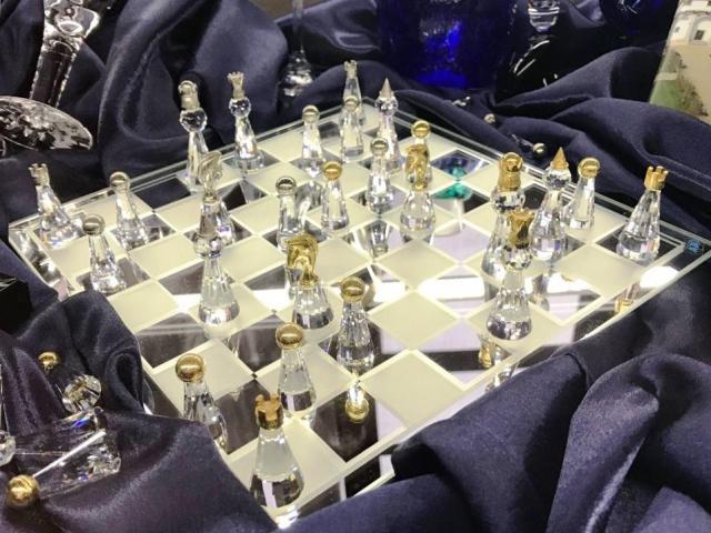 Křišťálový lev i skleněné šachy na výstavě darů v Senátu, foto Senát Senát PČR