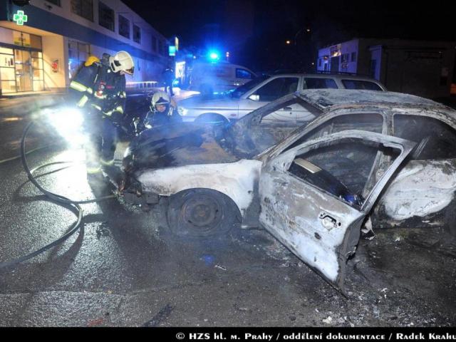 Hasiči v Praze zasahovali u dvou nočních požárů aut. Foto Radek Krahulík