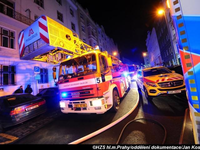 Při požáru sklepa na Praze 10 bylo zachráněno šest osob. Foto Jan Kostík