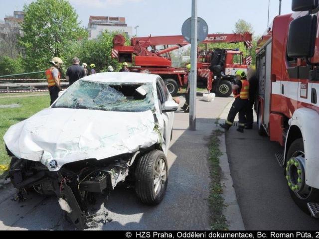 V Perucké ulici se převrátilo auto, zasahovali hasiči. Foto Roman Půta