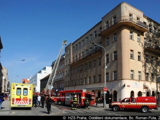 Požár v půdním prostoru v Praze 8 likvidovaly dvě jednotky hasičů. Foto: Bc. Roman Půta