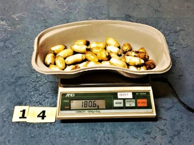 Ruzyňští celníci odhalili dvojici polykačů kokainu, foto: Celní úřad Praha Ruzyně