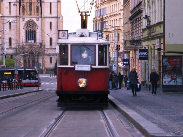 Vánoční tramvaj projíždí ulicemi Prahy