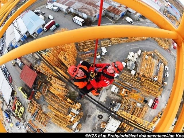 Hasiči nacvičovali záchranu z výšky, foto: Jan Kostík