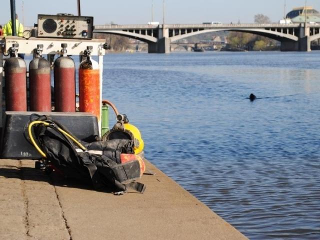 Potápěči ve Vltavě zkoumali dno a založení Palackého mostu, foto: TSK Praha