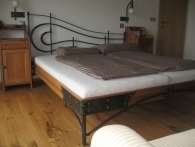 kovaná postel