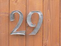 kované domovní číslo