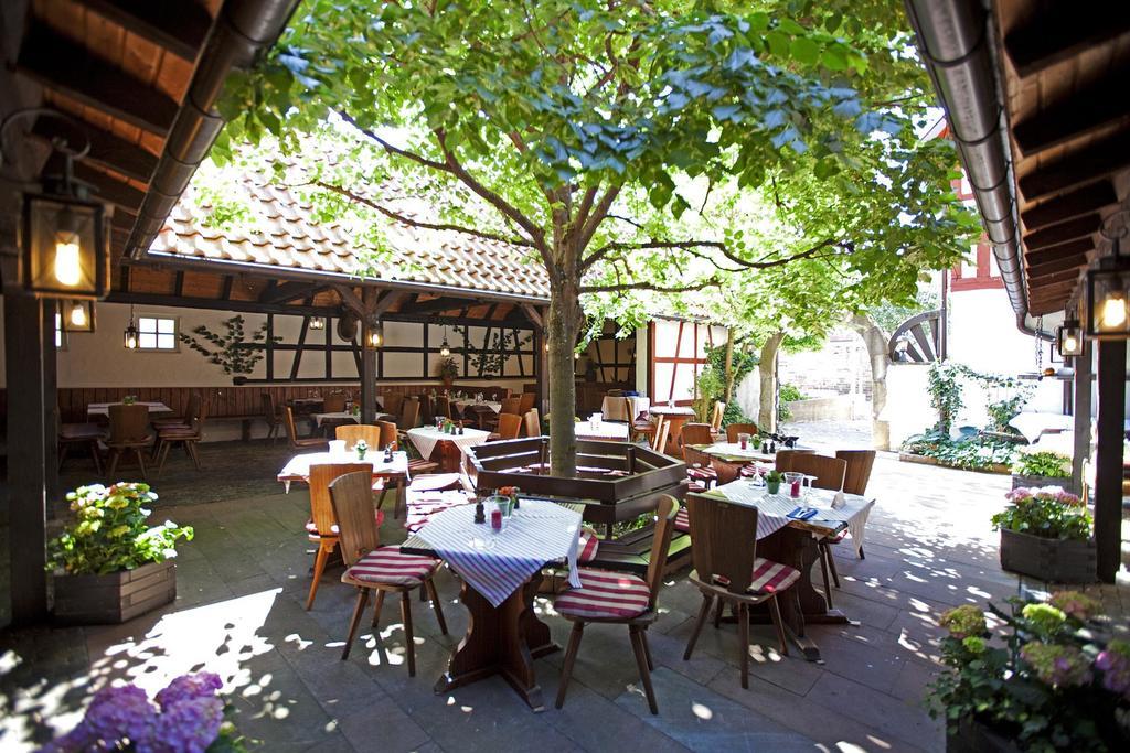 Během letních měsíců si můžete dát jídlo na zahradní terase Luisen-Garten.