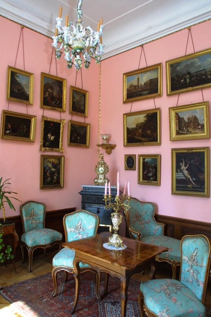 Interiéry jsou bohatě vybaveny hodnotným nábytkem ve stylu baroka, rokoka, empíru a klasicismu.